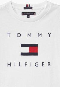 Tommy Hilfiger - LOGO TEE - Triko spotiskem - white - 2