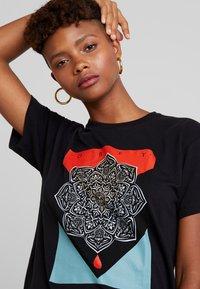 Obey Clothing - BLOOD OIL MANDALA - Print T-shirt - black - 4