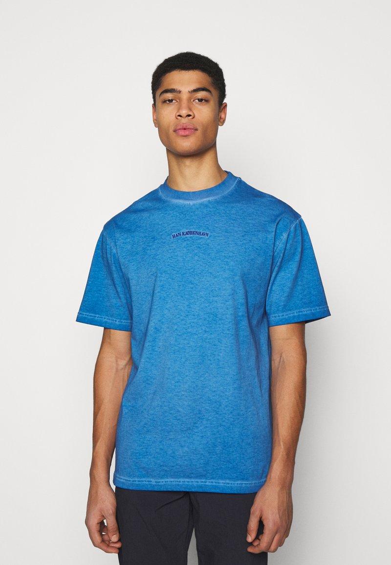 Han Kjøbenhavn - BOXY TEE - Print T-shirt - faded blue
