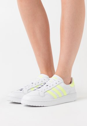 TEAM COURT SPORTS INSPIRED SHOES - Trainers - footwear white/hireye/hi-res yellow
