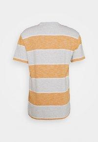 Tommy Jeans - STRIPE LINEAR LOGO TEE - T-shirt med print - orange - 1