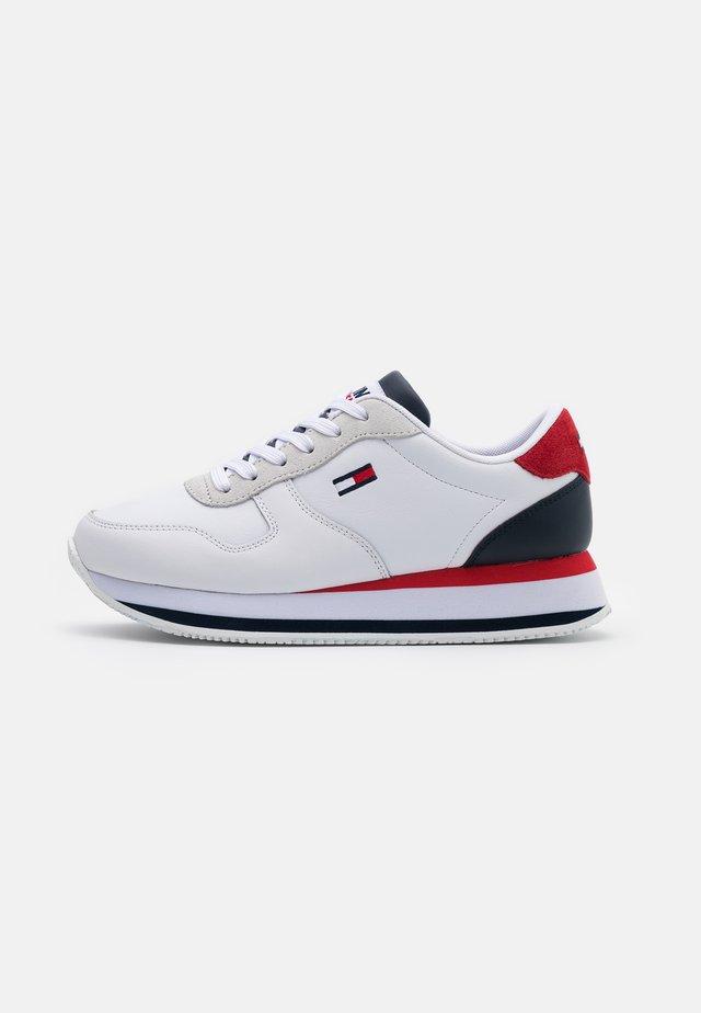 FLATFORM ESSENTIAL RUNNER - Zapatillas - red/white/blue