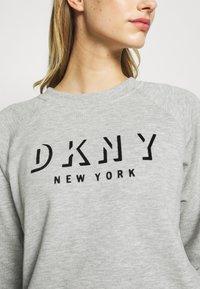 DKNY - PULLOVER FLOCKED SHADOW LOGO - Mikina - pearl grey heather - 5