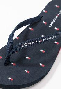Tommy Hilfiger - TH FLAG BEACH SANDAL - Flip Flops - desert sky - 2