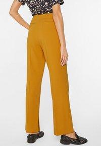 WE Fashion - MIT WEITEM HOSENBEIN UND HOHER TAILLE - Trousers - mustard yellow - 2