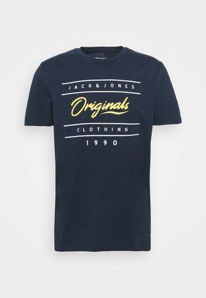 JORSTATIONARY TEE CREW NECK - T-shirt imprimé - navy blazer
