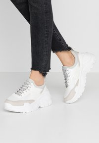 ONLY SHOES - ONLSILVA CHUNKY - Joggesko - white - 0