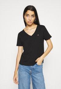 Tommy Jeans - 2PACK V NECK TEE - T-shirt z nadrukiem - black - 1