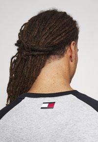 Tommy Hilfiger - LOGO TEE - Print T-shirt - grey - 5