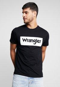 Wrangler - LOGO TEE - T-shirt z nadrukiem - black - 0