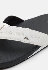 Reef - CUSHION BOUNCE PHANTOM - Sandály s odděleným palcem - white/charcoal - 5