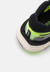 Nike Performance - ZOOMX INVINCIBLE RUN - Neutrale løbesko - volt/black/barely volt - 5