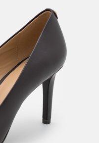 MICHAEL Michael Kors - DOROTHY FLEX - Zapatos altos - chocolate - 6
