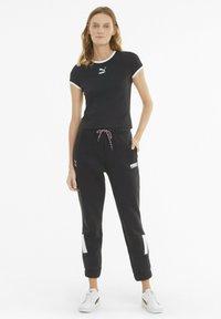 Puma - CLASSICS - T-shirt imprimé - black - 1