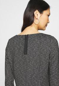 comma casual identity - Pletené šaty - grey/black - 3