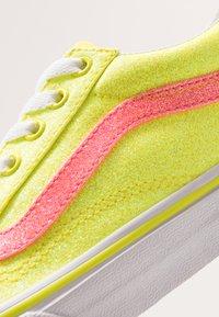 Vans - OLD SKOOL - Tenisky - neon glitter yellow/true white - 2