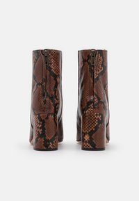 J.CREW - SNAKE ALEX BOOT - Korte laarzen - dry cinnamon - 3