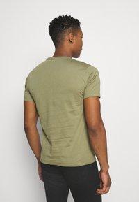 Calvin Klein - CHEST LOGO - T-shirt basic - green - 2