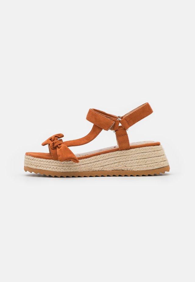 LYDIA - Sandály na platformě - teja
