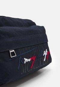 Tommy Hilfiger - SIGNATURE CROSSBODY UNISEX - Across body bag - blue - 3