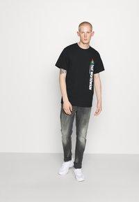 HUF - PEAK SPORTIE TEE - Print T-shirt - black - 1