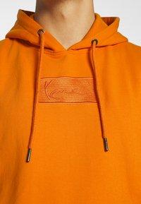 Karl Kani - SMALL SIGNATURE BOX HOODIE UNISEX  - Sweatshirt - orange - 5