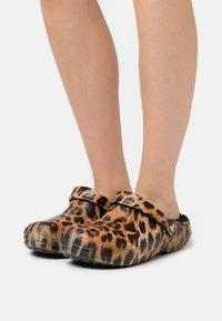 Crocs - CLASSIC LINED  - Pantuflas - black - 0