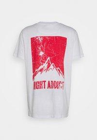 Night Addict - DASHE - T-shirt con stampa - white/red - 1