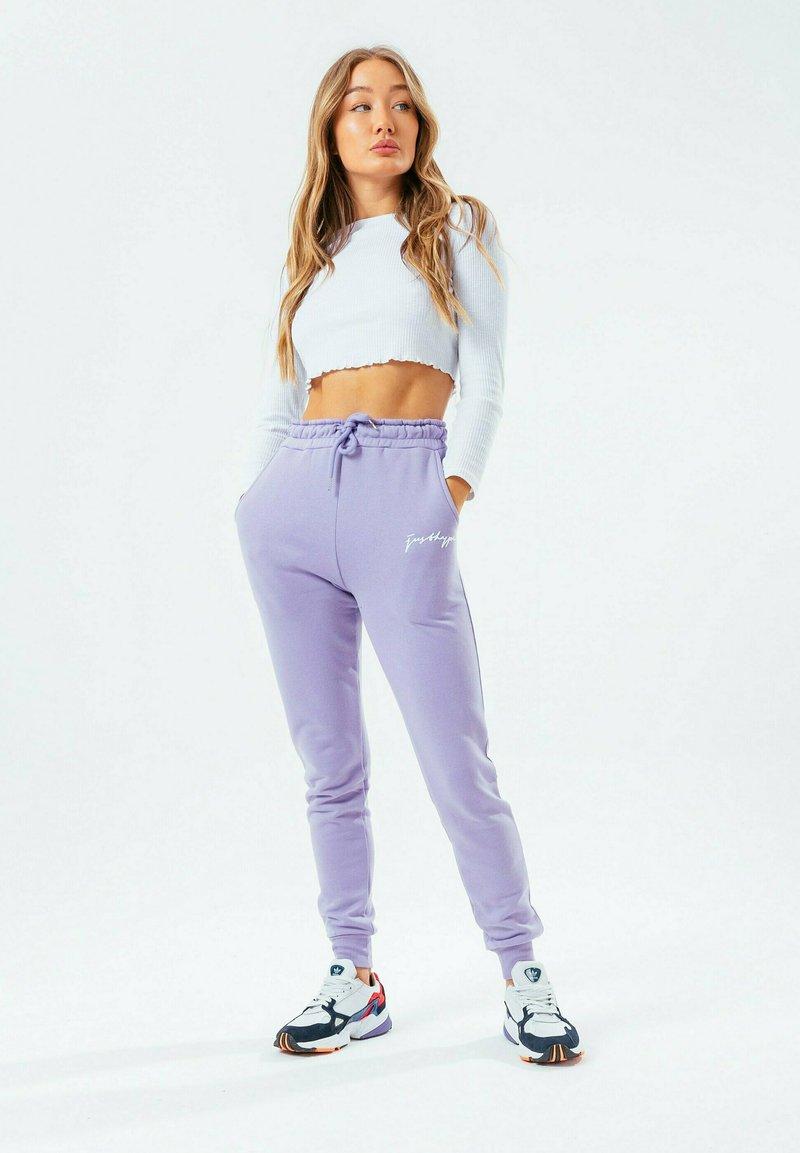 Hype - SIGNATURE - Tracksuit bottoms - violet