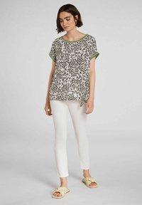 Oui - IM ANGESAGTEM  - Print T-shirt - light grey green - 1