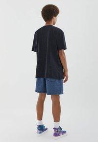 PULL&BEAR - MIT VINTAGEMOTIV - T-shirt con stampa - black - 3