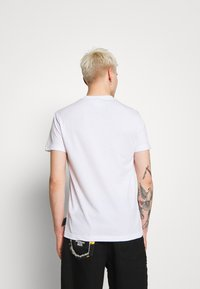 Versace Jeans Couture - LOGO - T-shirt z nadrukiem - white - 2