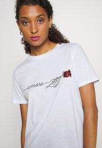Pieces - PCAMORE SEQUINS TEE - Print T-shirt - white - 4