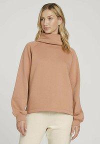TOM TAILOR DENIM - MIT ROLLKRAGEN - Sweatshirt - clay rose - 0