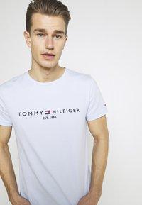 Tommy Hilfiger - LOGO TEE - T-shirt z nadrukiem - sweet blue - 3