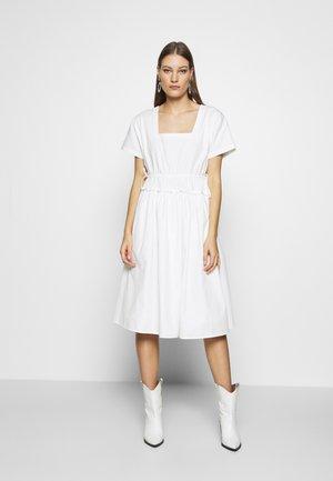POPLIN SHIRRED WAIST MIDI DRESS - Denní šaty - white