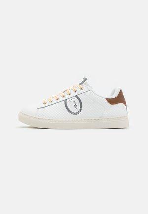 DANUS - Trainers - white/brown