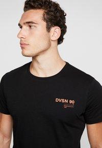 Jack & Jones - JCORICK TEE CREW NECK - Print T-shirt - black - 4
