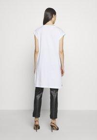 DKNY - LOGO FIRE ESCAPE  - Print T-shirt - white/black - 2