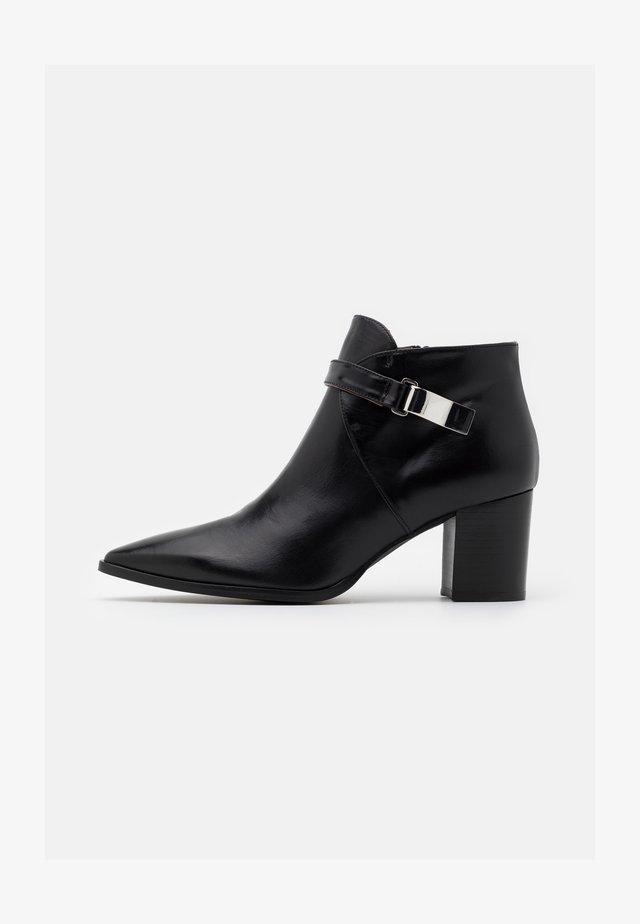 BENETTBO - Boots à talons - black