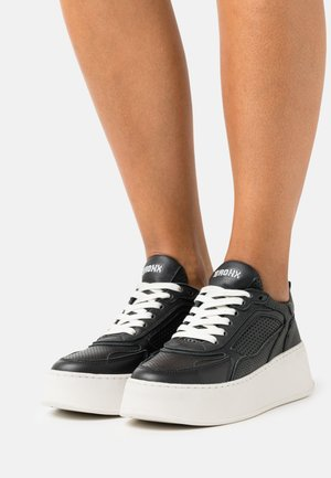 BUMPP IN - Trainers - black
