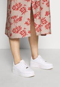 Glamorous Bloom - DRESS - Denní šaty - stone/rust flower - 3