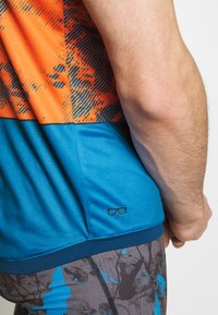 ION - TEE HALF ZIP TRAZE - Print T-shirt - riot orange - 3