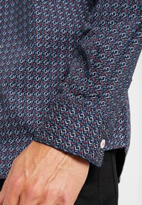 TOM TAILOR - RAY MINI PRINT REGULAR FIT - Skjorta - navy/red/blue - 3