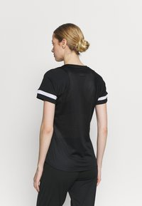 Nike Performance - T-shirt z nadrukiem - black/white - 2