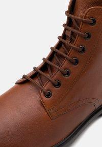Geox - TERENCE - Šněrovací kotníkové boty - cognac - 5