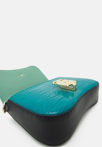 Tommy Hilfiger - LOCK CROSSOVER CROC MIX - Across body bag - green - 3