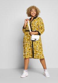 Ciso - DRESS WITH FLOWER PRINT - Skjortklänning - cheddar yellow - 1