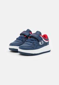 Champion - LOW CUT SHOE REBOUND UNISEX - Basketball shoes - navy - 1
