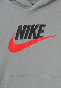 Nike Sportswear - CLUB - Jersey con capucha - light smoke grey - 2